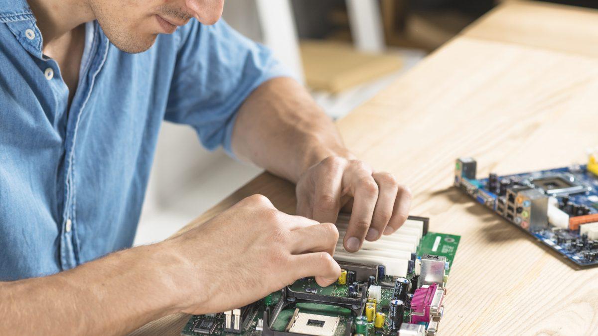 técnico reparando ordenador