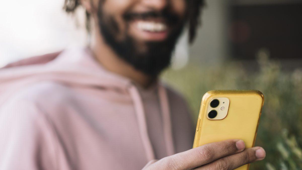 Hombre mirando su iPhone
