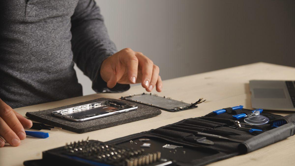 Hombre reparando una tablet