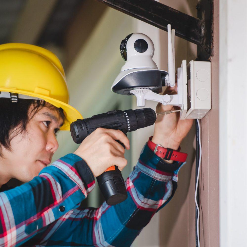 técnico instalando cámara de videovigilancia