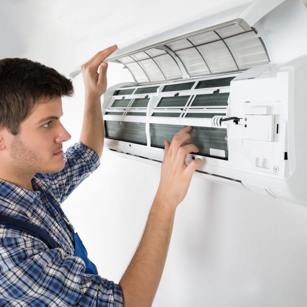 técnico manejando un aparato de aire acondicionado