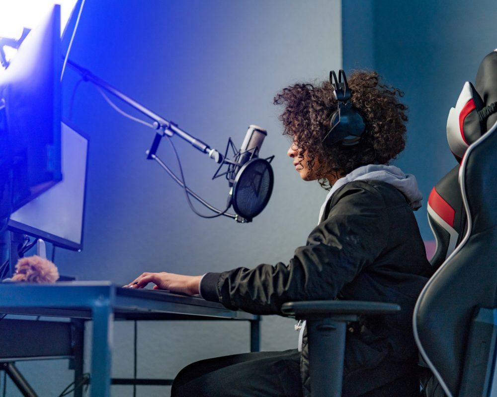 jugadora de gaming en su ordenador